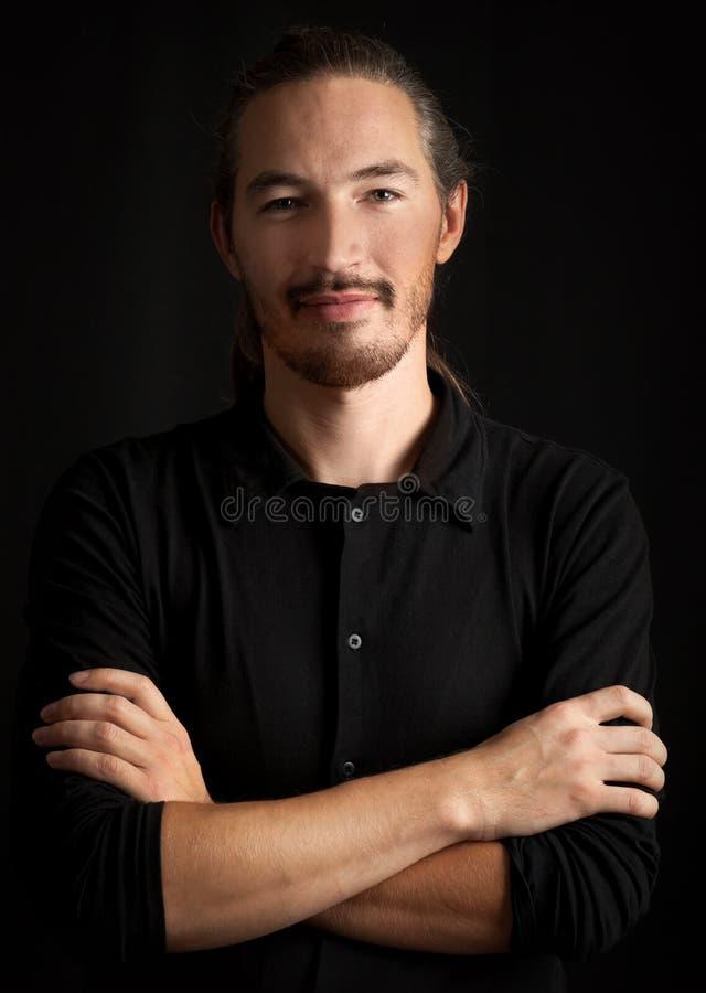 Homem oriental esperto novo levemente de sorriso imagens de stock royalty free