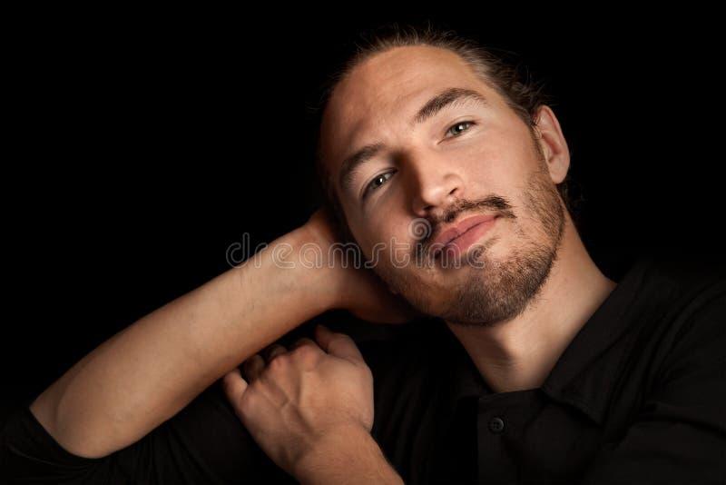 Homem oriental satisfeito novo levemente de sorriso fotografia de stock royalty free