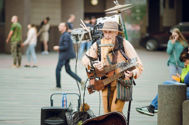 A homem-orquestra, Mikhail Karetko joga perto da estação de Ladoga em St Petersburg imagens de stock royalty free