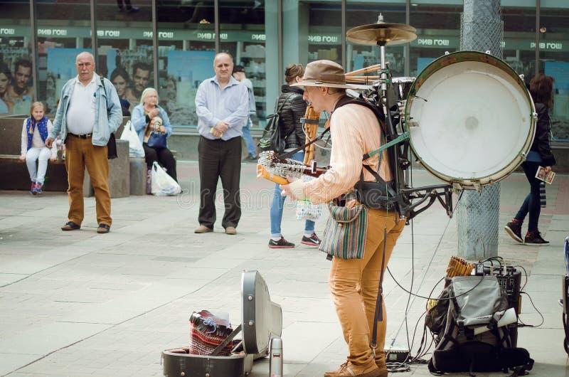 A homem-orquestra, Mikhail Karetko joga perto da estação de Ladoga em St Petersburg fotos de stock