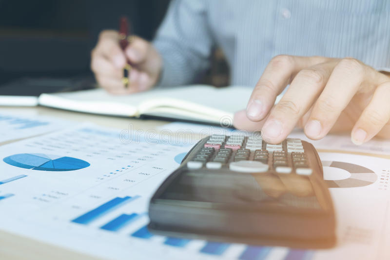Homem ou contador de negócio que trabalham o investimento financeiro no calcu imagens de stock