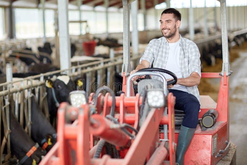 Homem ou fazendeiro que conduzem o trator na exploração agrícola fotografia de stock