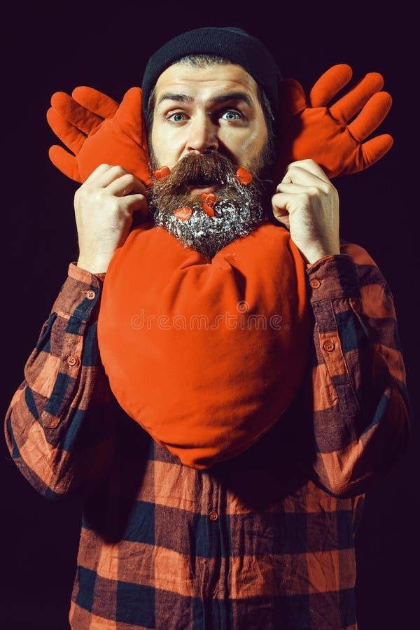 Homem ou indivíduo farpado considerável no chapéu do inverno e na camisa quadriculado com o bigode elegante na cara surpreendida  fotos de stock