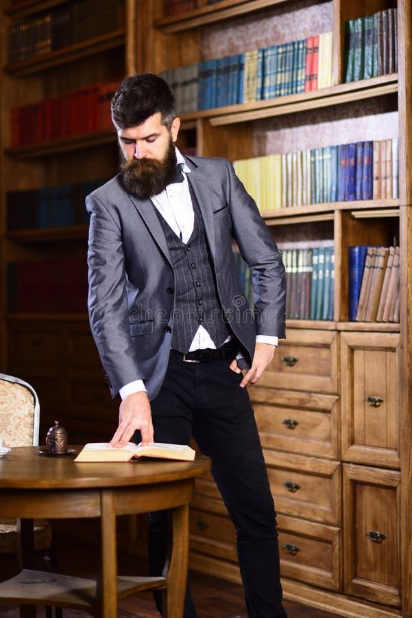 Homem ou professor maduro com barba longa e a cara calma foto de stock royalty free