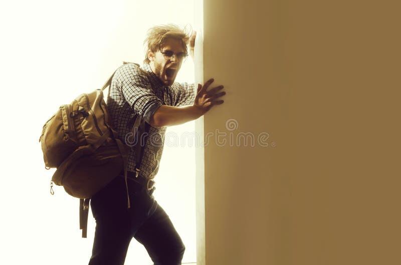 Homem ou viajante de bocejo com com a trouxa foto de stock