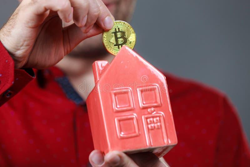 Homem pagando a renda da casa usando bitmoney fotos de stock