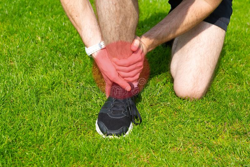 Homem para guardar seu tornozelo imagens de stock royalty free