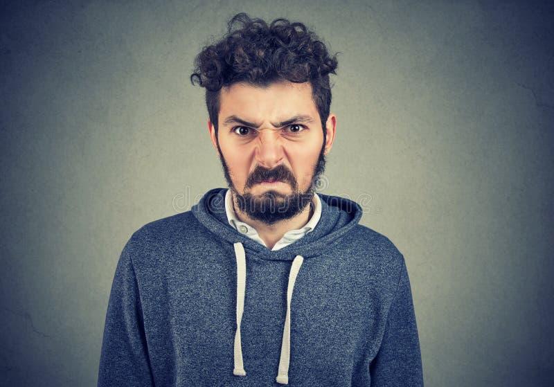 Homem parecendo jovem irritado irritado foto de stock