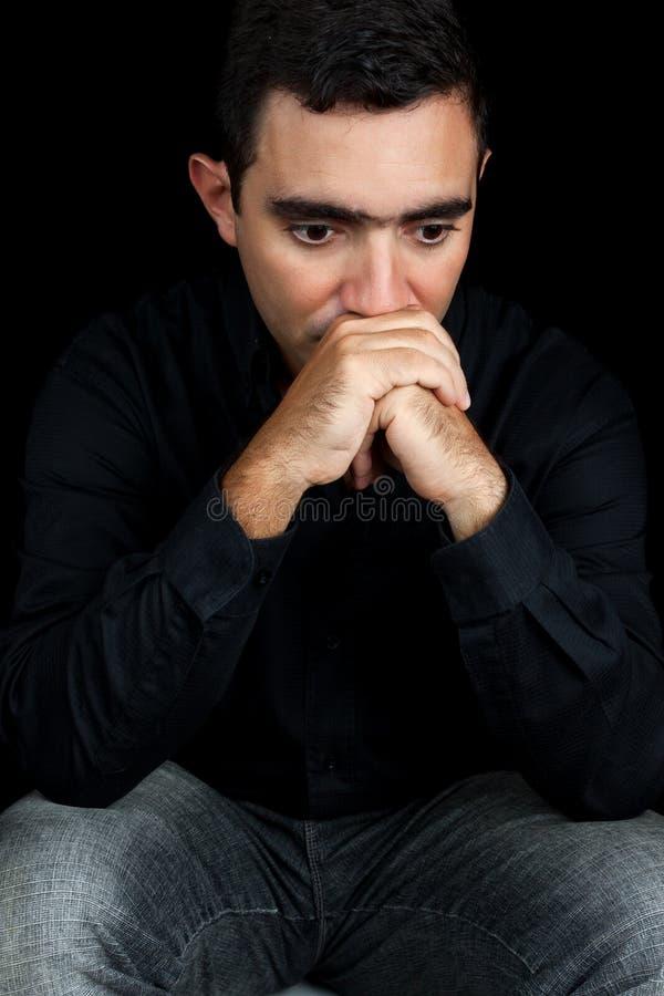 Homem pensativo com uma expressão triste foto de stock