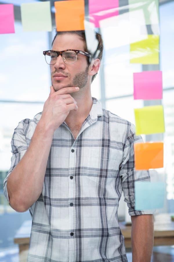 Homem pensativo do moderno com post-it foto de stock royalty free