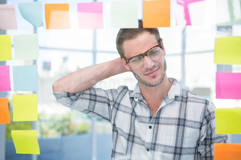 Homem pensativo do moderno com post-it imagens de stock royalty free