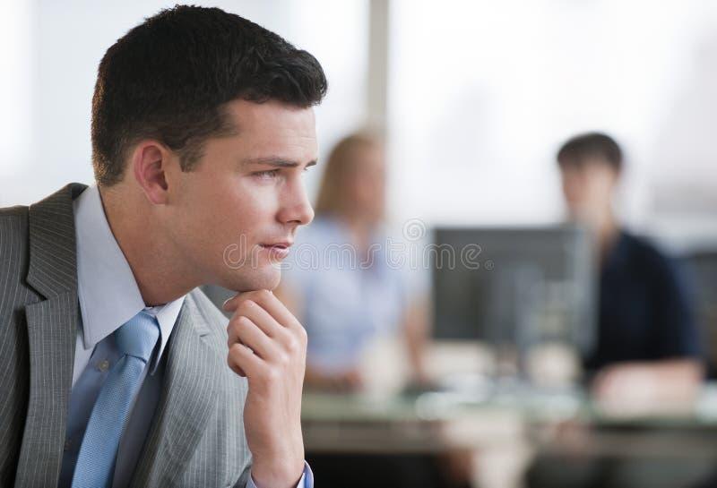 Homem pensativo no escritório imagem de stock