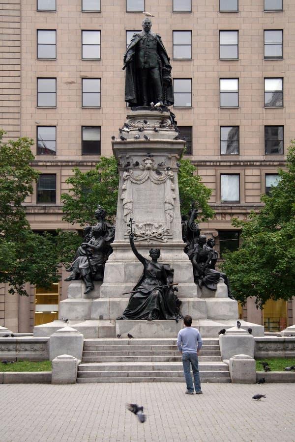 Homem pensativo que olha acima na estátua imagem de stock royalty free