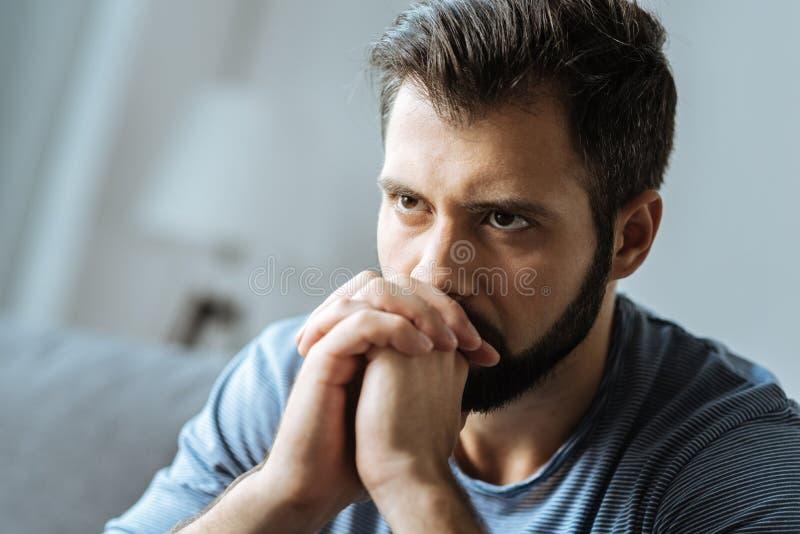 Homem pensativo triste que sente só foto de stock