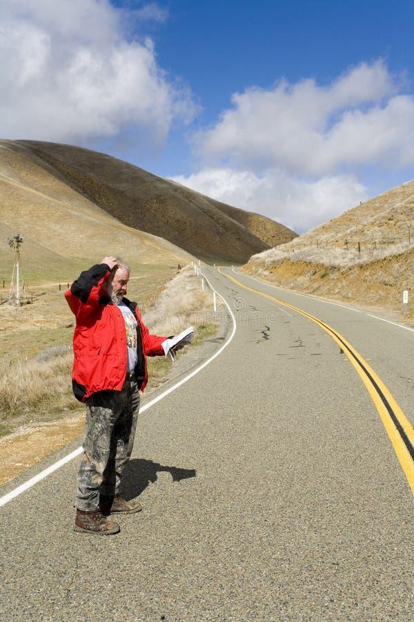 Homem perdido em uma estrada desolada fotografia de stock
