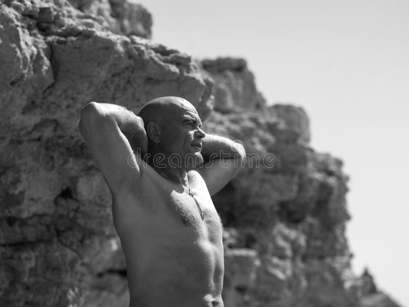 Homem perto da rocha fotos de stock royalty free