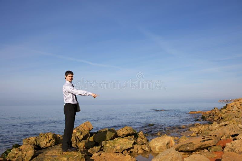Homem perto do mar com portátil fotografia de stock