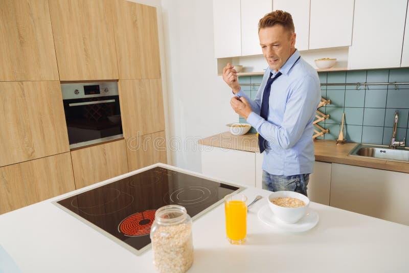 Homem positivo agradável que cozinha o alimento imagens de stock