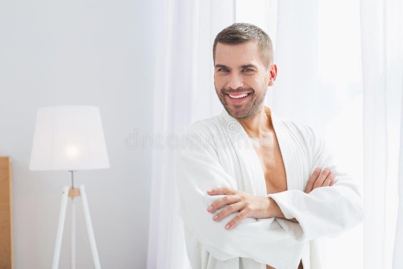 Homem positivo agradável que olha o fotografia de stock royalty free