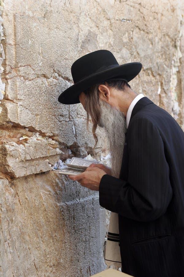 Homem Praying -4 foto de stock