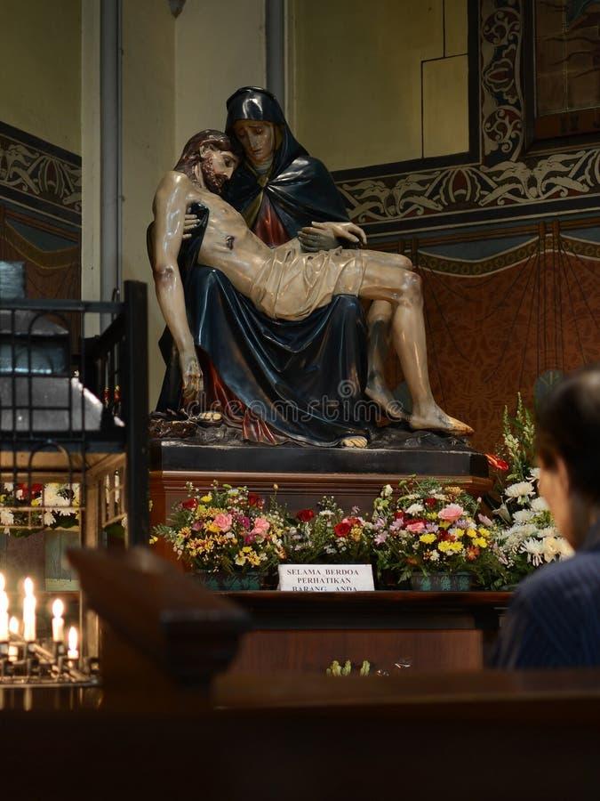 Homem Praying A estátua do Pieta imagens de stock