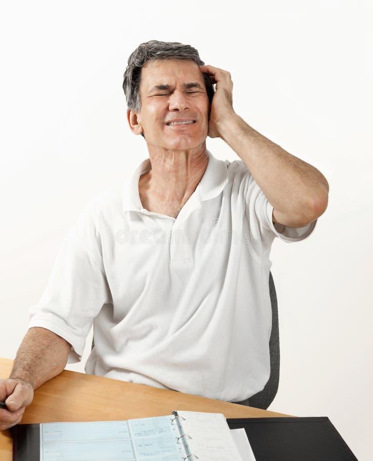 Homem preocupado que sofre com dor de cabeça fotos de stock royalty free