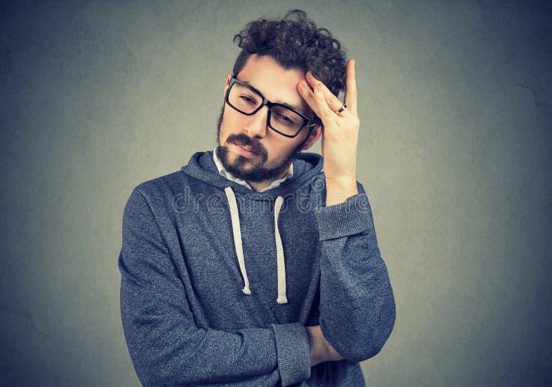 Homem preocupado triste que olha para baixo foto de stock royalty free