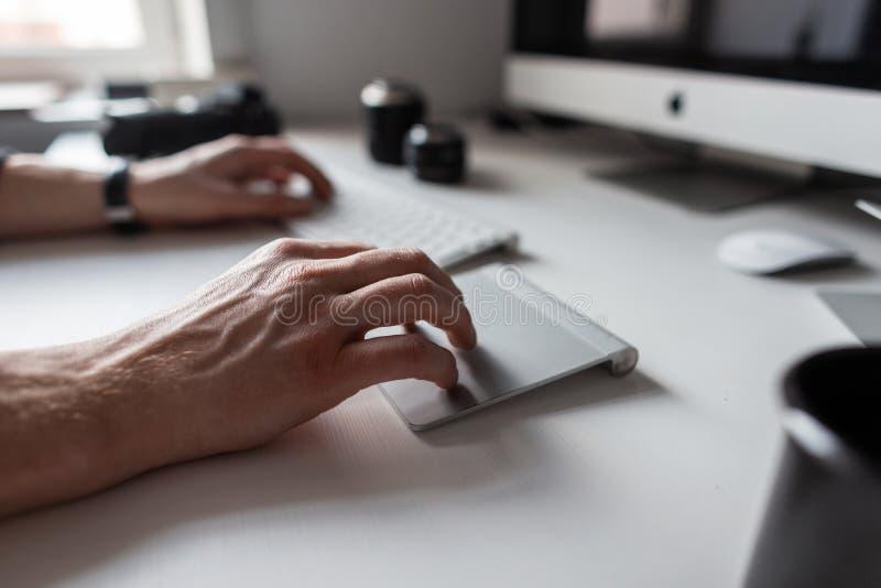 Homem profissional do desenhista que trabalha no computador Close up das mãos masculinas e do desktop branco imagem de stock royalty free