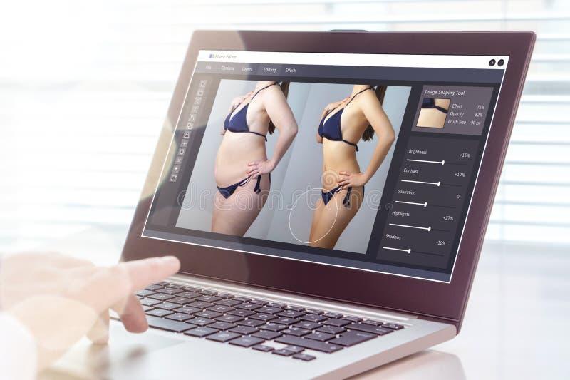 Homem profissional que usa o portátil para transformar a mulher carnudo magro imagens de stock royalty free