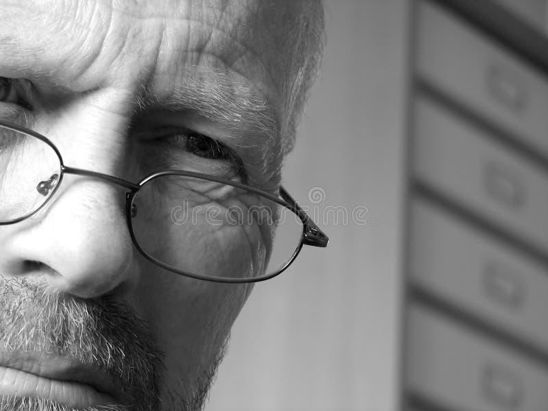 Homem profundamente no pensamento foto de stock