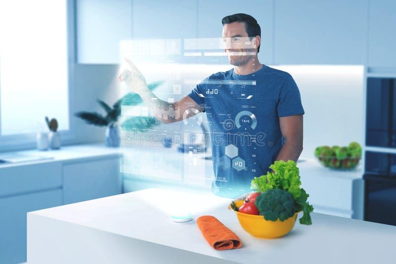 Homem progressivo que sorri e que toca na imagem holográfica imagem de stock royalty free