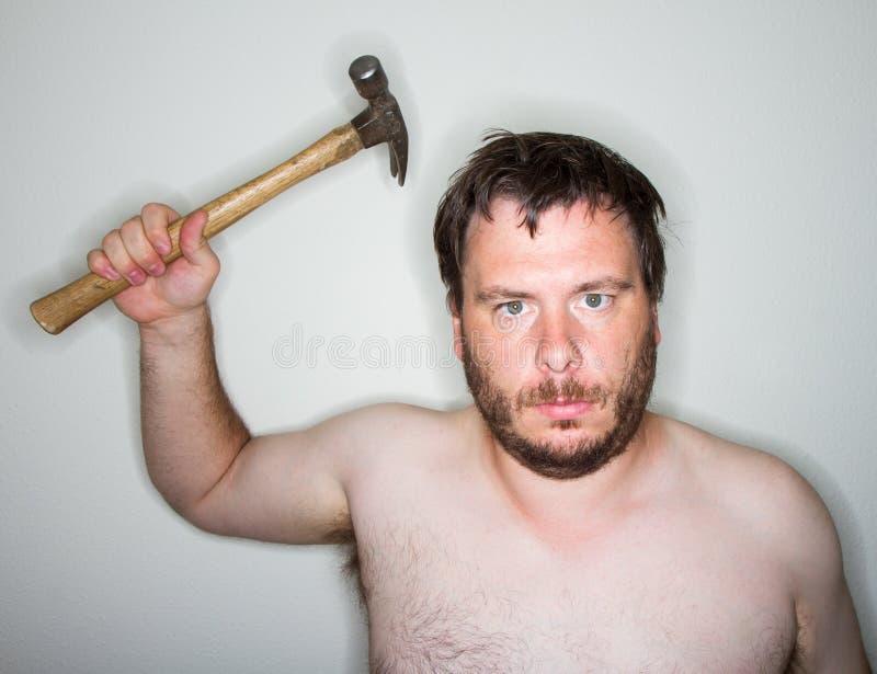 Homem pronto para uso o martelo fotos de stock