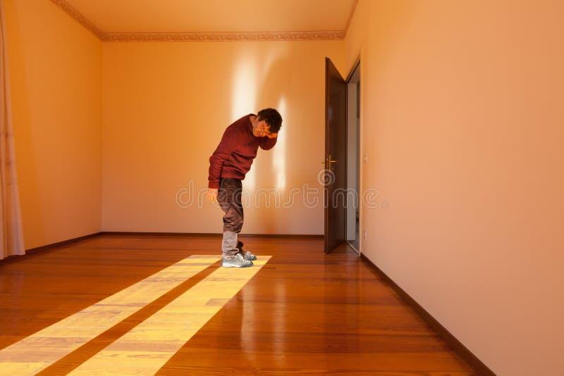 Homem quando escutar o silêncio fotografia de stock