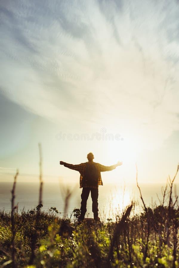 Homem que abraça a natureza e a sua beleza imagens de stock royalty free
