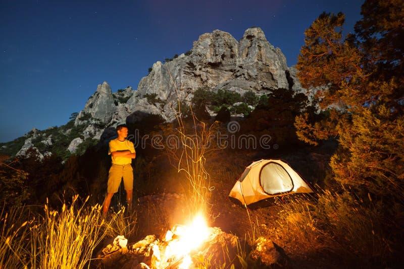 Homem que acampa na noite fotos de stock