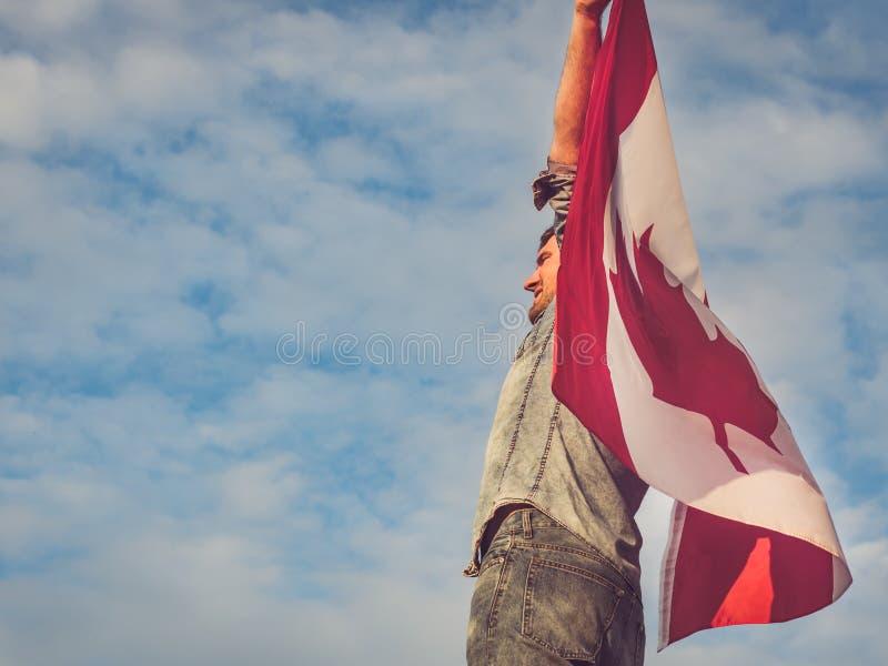 Homem que acena uma bandeira canadense Feriado nacional fotografia de stock royalty free