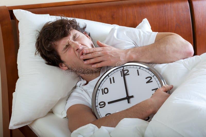 Homem que acorda foto de stock
