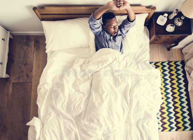 Homem que acorda na manhã foto de stock royalty free