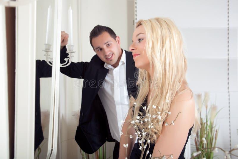 Homem que admira uma mulher bonita fotografia de stock royalty free