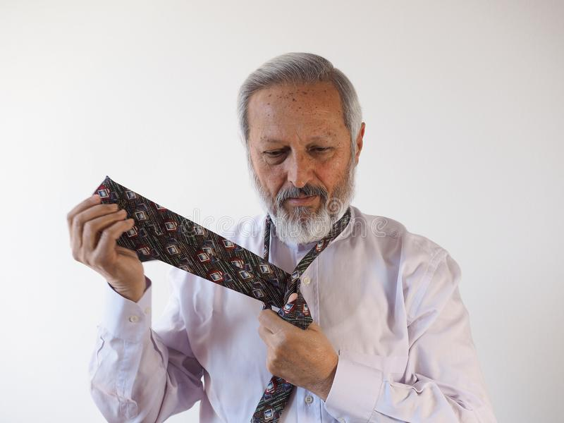 Homem que amarra um laço fotos de stock royalty free