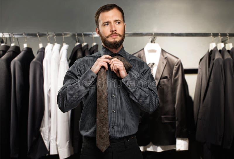 Homem que amarra um laço fotografia de stock royalty free