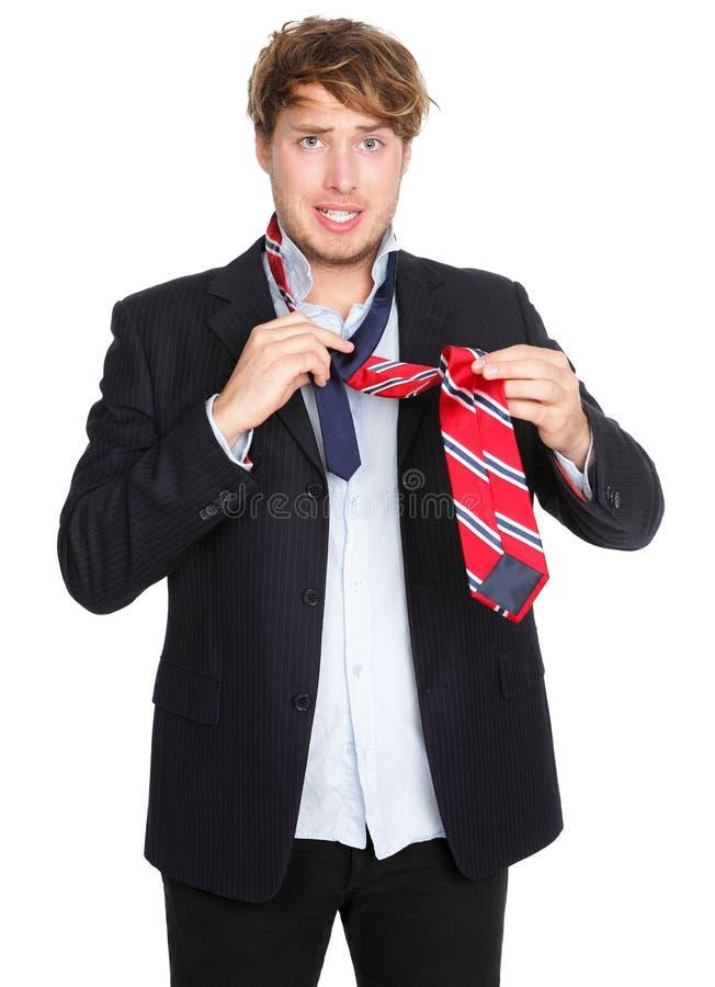 Homem que amarra um laço - engraçado imagem de stock