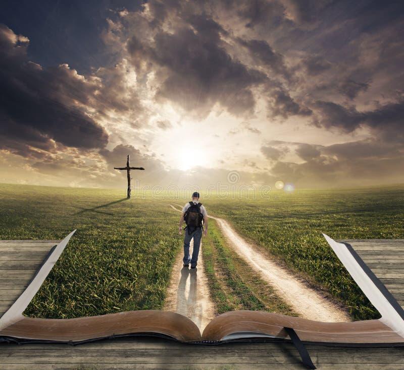Homem que anda na Bíblia foto de stock royalty free