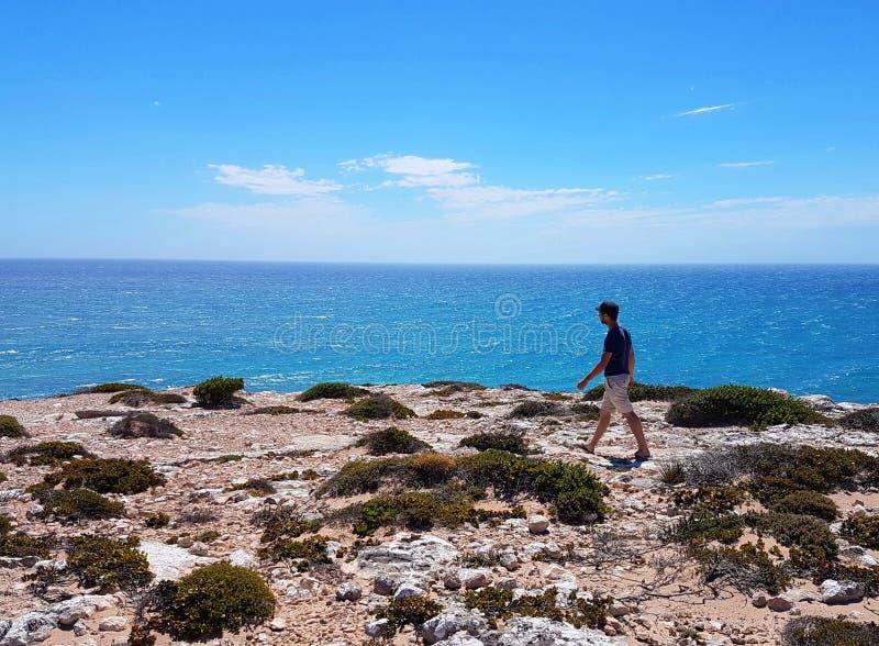 Homem que anda na baía remota de Formby fotos de stock royalty free