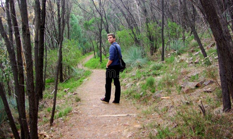 Homem que anda no desfiladeiro do jacaré fotografia de stock royalty free