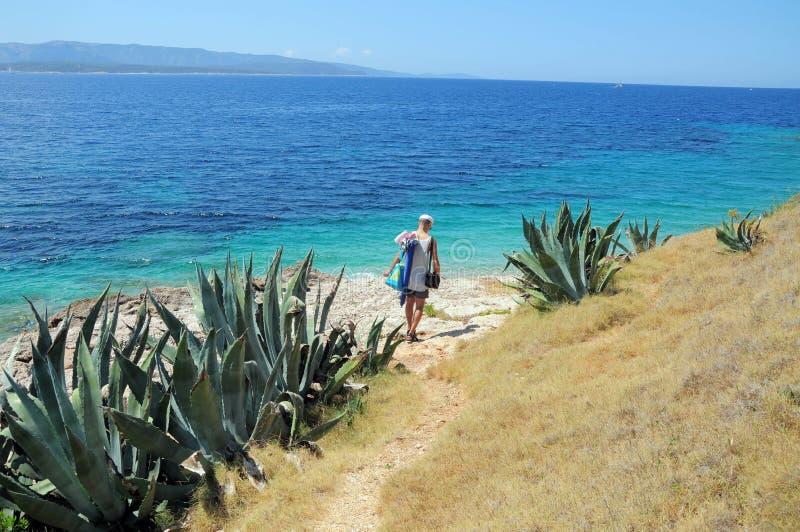 Homem que anda no litoral exótico do verão do mar fotos de stock