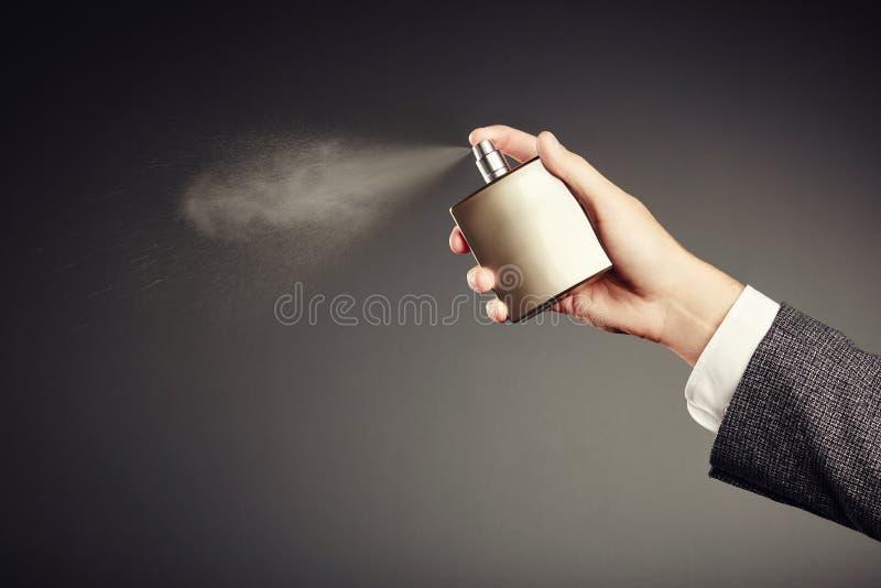 Homem que aplica o perfume imagem de stock