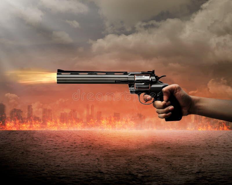 Homem que aponta a arma queimar a cidade imagem de stock royalty free