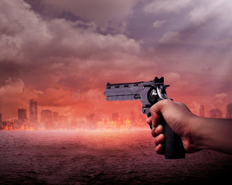 Homem que aponta a arma queimar a cidade imagens de stock royalty free