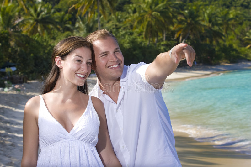 Homem que aponta na praia foto de stock royalty free
